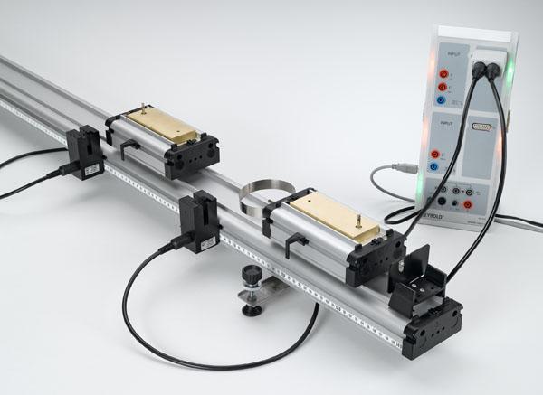 Energie et impulsion lors du choc élastique et inélastique sur le rail à chariot - Mesure avec deux barrières lumineuses et CASSY