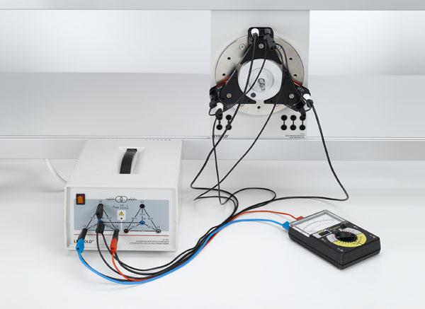 Montage d'un moteur synchrone à courant triphasé et d'un moteur asynchrone à courant triphasé