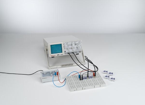 Charge et décharge d'un condensateur à l'enclenchement et à la coupure d'un courant continu