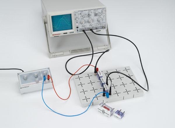 Détermination de la résistance en courant alternatif dans des circuits électriques avec condensateurs et résistances ohmiques