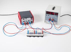 Comparaison quantitative entre la puissance du courant continu et celle du courant alternatif avec une ampoule incandescente