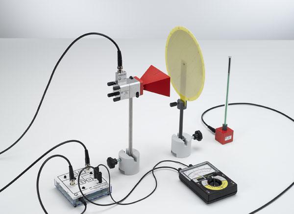 Allure du champ et polarisation des micro-ondes devant une antenne à cornet