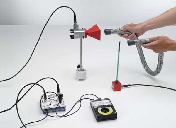 Mise en évidence qualitative de la propagation de micro-ondes dans un guide d'ondes métallique flexible