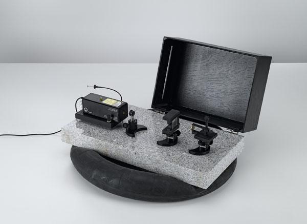 Réalisation d'hologrammes en lumière blanche par réflexion sur la plaque de base pour optique laser