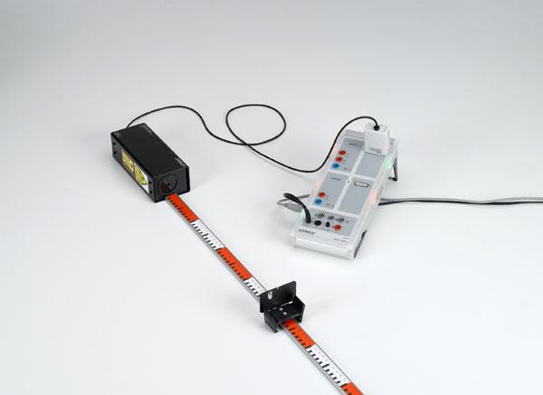 Détermination de la vitesse de la lumière avec un signal lumineux périodique sur une courte section de mesure - mesure avec un capteur de déplacement à laser et CASSY