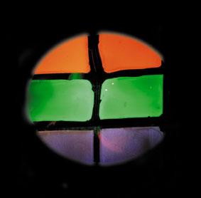 Excitation de luminescence par exposition à de la lumière ultraviolette et à des électrons